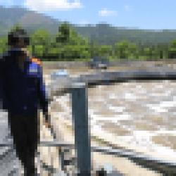 Nhân viên vận hành hệ thống xử lý nước thải